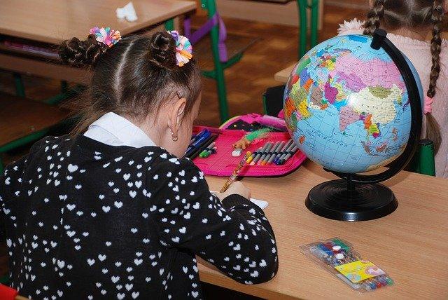 Dziewczynka podczas zajęć w szkole
