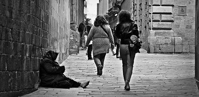 Kobieta siedząca na ulicy